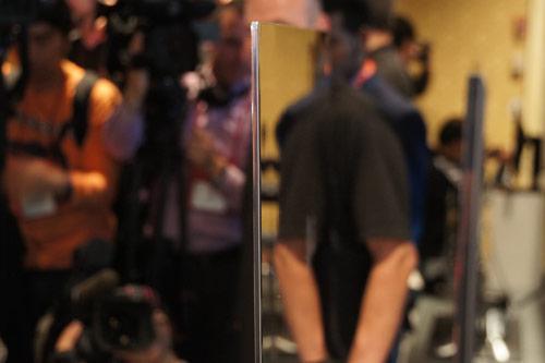 写真:画像2:LG電子の55型有機ELテレビの試作機。薄さはなんと「4mm」。非常に薄く、いままでの薄型テレビより、さらにデザイン面での自由度が大きく上がるのが特徴。重量も7.5kgと軽くなる(撮影:西田宗千佳)