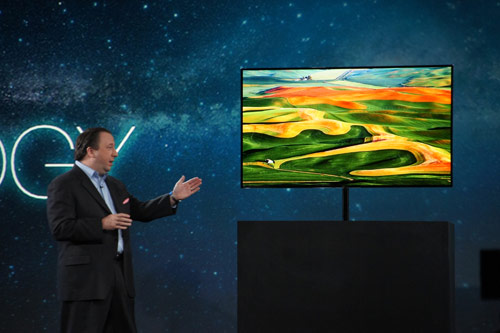 写真:画像1:サムスン電子が展示した55型有機ELテレビの試作機。ビビッドな発色とコントラストの良さ、本体の薄さが特徴だ(撮影:西田宗千佳)
