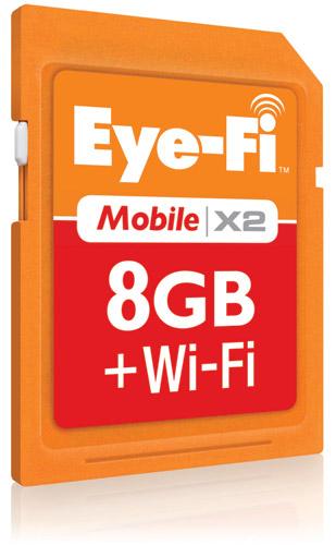 写真:画像4:SDカードに無線LANを内蔵、ほとんどのデジカメを「無線LAN対応カメラ」に変化させるアイファイジャパンの「Eye—Fi」。画像は、スマートフォンなどとの連携を重視した「Eye—Fi Mobile X2」(実勢価格7500円)。通常のSDカードと同じく記憶用のメモリーも内蔵する(※4GB以上32GBまでのカードの読み書きはSDHC対応の機器が必要です)