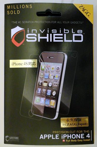 写真:画像6:米ZAGGのiPhone4/4S用保護シート「invisibleSHIELD for iPhone」(店頭価格約2500円)。本体全体を傷から守る。iPad用、サムスンのギャラクシー、ソニーモバイルのエクスペリア用などもある。付属スプレーでぬらし、引っ張って伸ばしながら張り付けるのが一苦労