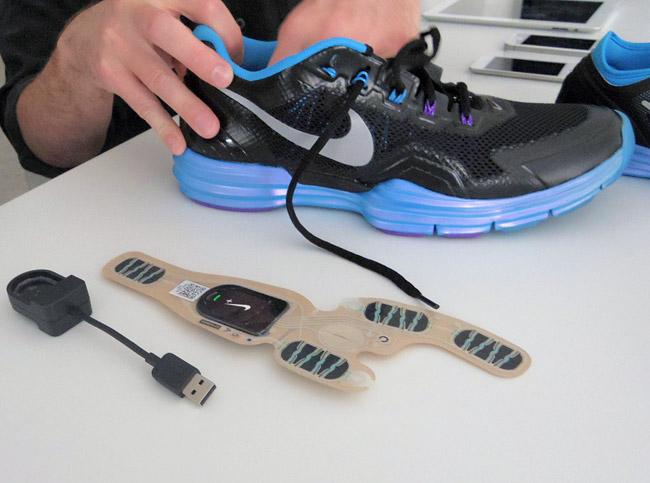 写真:画像7:Nike+ Training対応シューズ。靴の中には最初から加重センサーが内蔵されていて、発信モジュール(USBで充電)をとりつけて使う構造になっている(撮影:西田宗千佳)