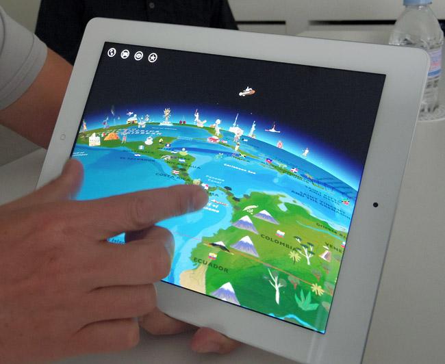 写真:画像3:学習用地図アプリ「Barefoot World Atlas」(Touch Press、700円)。世界中の情報を、触りながら学んでいける。現在は英語版だが、6月下旬から7月に日本語化される(撮影:西田宗千佳)