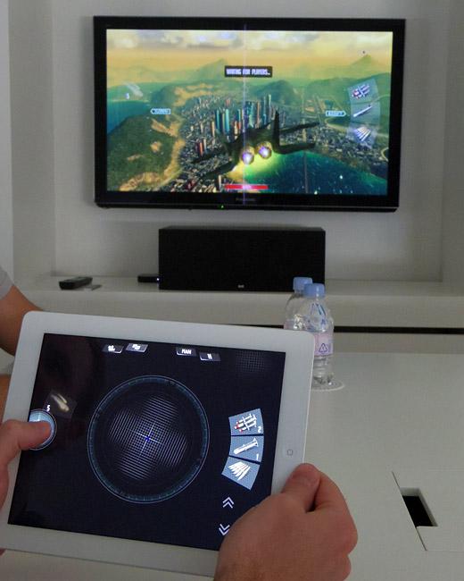 写真:画像1:「Sky Gambler: Air Supremacy」(バンダイナムコゲームス、450円)。すでに公開されているものだが、1、2カ月以内に予定されているアップデートで、AirPlay機能の強化やマルチプレイ対応が行われる予定(撮影:西田宗千佳)