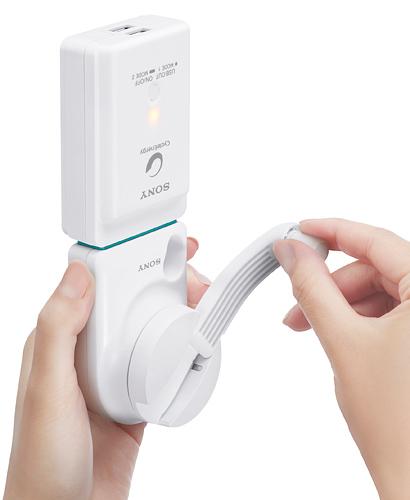 写真:画像4:ソニーの手回し充電対応 ポータブルUSB電源「CP—A2LAKS」(店頭価格約8000円)。バッテリー部(USB出力部)のサイズは約58×84.5×26.4ミリ、約145グラムで、容量は4000mAh。出力用の端子は2つで、出力は最大1.5A(2端子合計)。手回し発電入力部のサイズは約58×92.1×48.2ミリ、約126グラム。1秒間に約2回転のペースで充電する。コンセントから充電するAC入力部(約58×56×21.5ミリ、約45グラム)も付属する