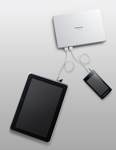 写真:画像3:パナソニックの「QE—QL301」(上、店頭価格約1万円)。白と黒の2色がある。サイズは約108×68×24ミリ、約220グラムで、容量は10260mAh。サイズも容量もビッグサイズ。出力用のUSB端子は2つで、出力の最大は2A(2端子合計。ひとつの端子では1.5Aまで)。内蔵バッテリーを充電するためのACアダプターとUSBケーブルが付属する。本製品のみ6月28日発売