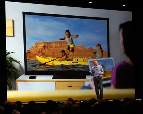 写真:画像5:マックの画面を、無線LANを介してApple TVでテレビに表示する「AirPlayミラーリング」。これまではiOS向けの機能だったが、マックも標準対応に(撮影:西田宗千佳)