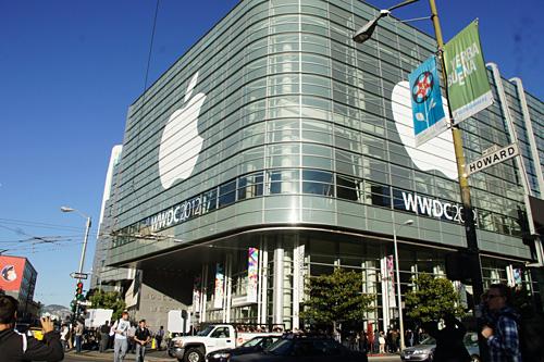 写真:画像1:WWDCが開かれた、米・ロサンゼルスのモスコーン・ウェスト。会場には基調講演を聴く為に、朝から長蛇の列ができた(撮影:西田宗千佳)