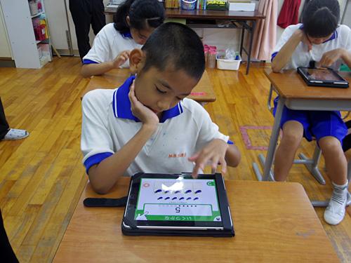 写真:写真6:各人が、各自のペースで学んでいく。紙の時代にはなかなか集中が続かなかったが、iPadを使うことになってかなり集中できるようになっていったという。今では、この種の学習にはほとんど紙を使っていないそうだ(撮影:西田宗千佳)