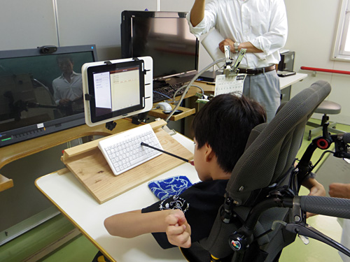 写真:写真4:パソコンを使う際にも戸惑わないよう、文字入力はキーボードが中心。Bluetoothで接続する一般的なキーボードがそのまま使われている。キーボードの接続設定なども自分で行っている(撮影:西田宗千佳)