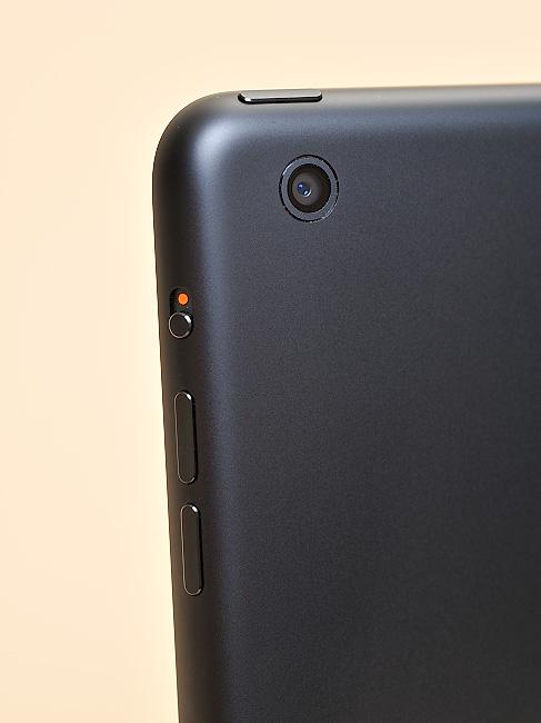 写真:写真7:iPad mini本体左裏上方。500万画素のカメラが内蔵されている(撮影:中村宏)