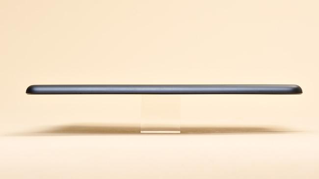写真:写真4:iPad miniの左側面。7.2mmと、他のタブレットより薄い。重量も308gで、多くのタブレットよりは軽くなっている(撮影:中村宏)
