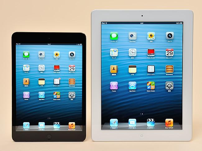 写真:写真2:第四世代iPad(右、9.7インチ)と、iPad mini(7.9インチ)のサイズを比較。同じようなイメージだが、サイズは結構異なる。また、iPad miniの方がサイドの縁が細い(撮影:中村宏)
