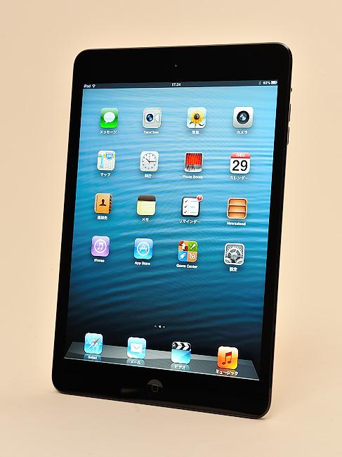 写真:写真1:iPad mini(ブラック&スレート、Wi-Fiモデル)。つかみやすくするためか、9.7インチiPadに比べサイドの枠が細くなっている(撮影:中村宏)