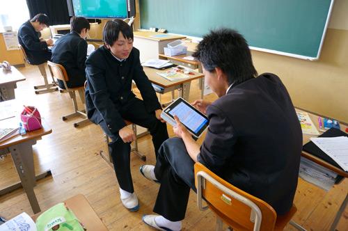 写真:写真3:面接シミュレーションを生徒同士で。資料として手元に持っているのは、紙ではなくiPadだ(撮影:西田宗千佳)