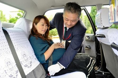 写真:試験運行が始まったゆりかごタクシー。運転手... 滋賀で試験運行試験運行が始まったゆりかご