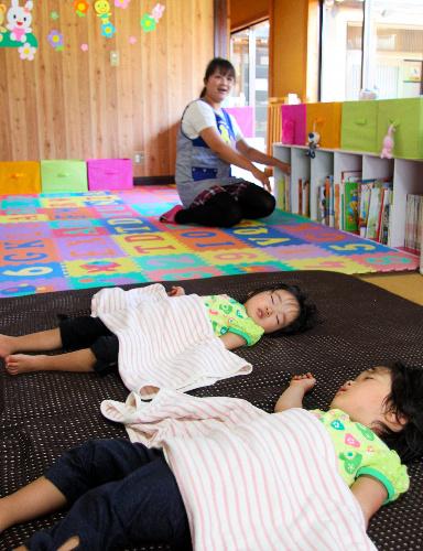 写真:避難者の子どもたちが集まるふくしま子ども未来広場。子どもがすやすやと眠っていた=新潟市東区