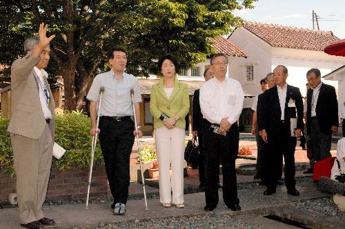 写真:知事会議を前に伝統的な蔵や民家を移築した観光施設「喜多方蔵の里」を視察する3県の知事=喜多方市押切