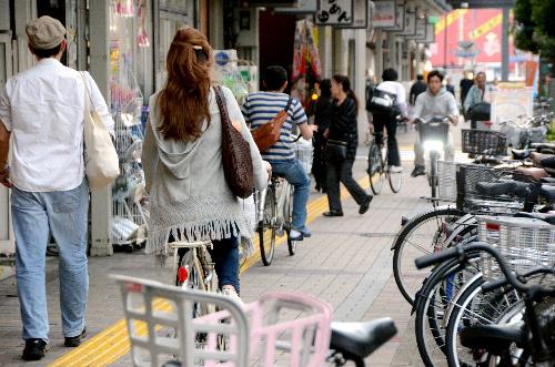 自転車の 自転車の事故 : 止められた自転車で狭くなった ...