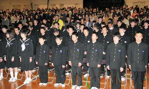 写真:美須賀中学校の閉校式で共に校歌を歌う66年間の卒業生ら=同市黄金町3丁目