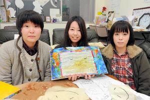 写真:絵本を作った玉木さくらさん(中央)ら=浜田市野原町
