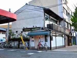 写真:喫茶店だった古い建物を利用している。外観からは「図書館」とは分かりにくい=左京区