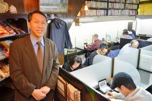 写真:開館から40周年を迎えた「私設図書館」を運営する田中厚生さん=左京区