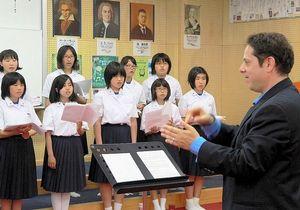 写真:大麻中学校の合唱部員らを指導するジェフリー・バーンスタインさん
