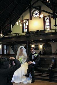 写真:同志社大の礼拝堂での結婚式を前に記念写真を撮る新郎と新婦=上京区
