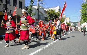 写真:堀端筋を行進する洲本城まつりの「武者行列」=洲本市本町