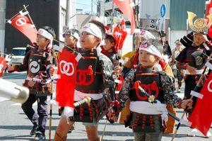 写真:洲本城まつりの「武者行列」で行進する、ちびっこ武者たち=洲本市本町