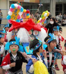 写真:運動場を練る園児の太鼓台=四国中央市豊岡町大町