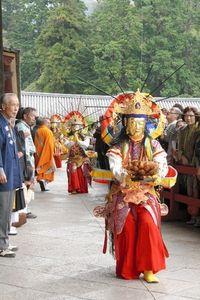 写真:極楽浄土の世界を表した儀式で、きらびやかな菩薩(ぼさつ)に扮した僧侶が練り歩いた=奈良市の東大寺