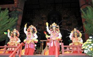 写真:きらびやかな菩薩(ぼさつ)に扮した僧侶らが散華を散らし、極楽浄土の世界をつくりだした=東大寺