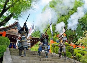 写真:火縄銃が試射されると、境内に歓声が響き渡った=北区の建勲神社