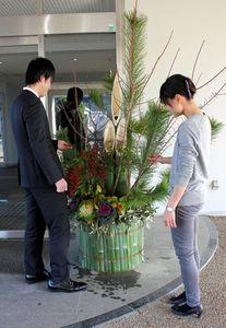 写真:青翔高校の玄関前に、新任教員が作った門松が飾られている=御所市