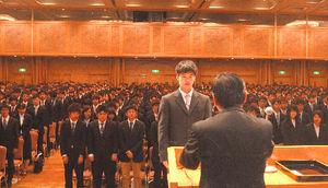 写真:宮崎大の入学式で宣誓をする新入生代表=宮崎市のシーガイアコンベンションセンター