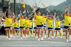 写真:長崎しおかぜ総文祭のパレードに登場した熊本県合同バトンチーム=長崎市の長崎水辺の森公園