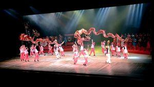 写真:国立劇場で練習の成果を披露する長崎女子高龍踊部=東京都千代田区