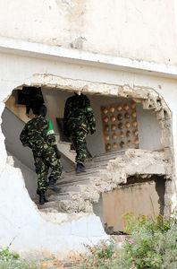 内戦で破壊された建物をウガンダ軍の兵士らが利用している=モガディシオのアフリカ連合(AU)軍基地、中野智明氏撮影