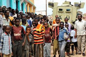 装甲車両の周りに集まった人たち=ソマリア南部のワンラウエインで、中野智明氏撮影