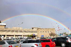 ナイロビ国際空港に戻ると、二重の虹がかかっていた=江木慎吾撮影