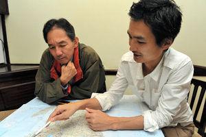 杉山正ナイロビ支局長(右)と私=11月6日、ナイロビ、中野智明氏撮影