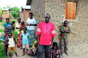 赤いシャツを着たエルネスト・ンゲンジさん=21日、ブルンジのクムボネ村、江木慎吾撮影