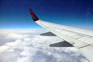 「アフリカの誇り」ケニア航空のB737の翼=写真はいずれも6日、江木慎吾撮影
