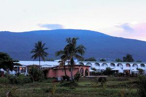 コモロ最大の島ヌジャジジャにある首都モロニの夕景。活火山のカルタラ山が見下ろす=12月31日、いずれも江木慎吾撮影