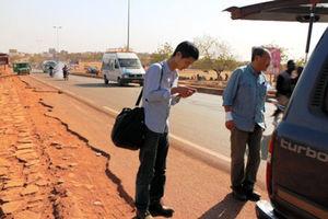 時を惜しんで携帯電話でネット接続を試みる杉山正・ナイロビ支局長(左)と、フォトジャーナリストの中野智明さん=ともに16日、バマコ、江木慎吾撮影