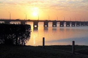 ニジェール川に昇る朝日=17日、バマコ、ともに江木慎吾撮影