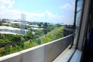 電車はおろか、列車に乗るのですら、今回の旅では初めて。窓の外は欧米の風景=31日、江木慎吾撮影