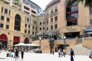ネルソン・マンデラ広場に立つマンデラ氏の像=1日、ヨハネスブルク、江木慎吾撮影