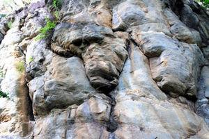 何だかわかりますか? アフリカの石=いずれもツォディロ、江木慎吾撮影